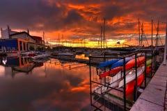 Kanus, Boote und das Meer Stockbild