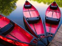 Kanus am Dock Stockbilder