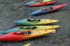 Kanus durch die Ufergegend Lizenzfreies Stockbild