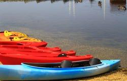 Kanus durch See lizenzfreie stockfotos