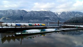 Kanus gespeichert auf Wintersee stockbild