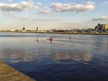 Kanus in königlichem Albert-Dock Stockbilder