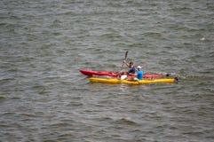 Kanus mit den nicht identifizierten Leuten, die im Meer rudern lizenzfreies stockbild