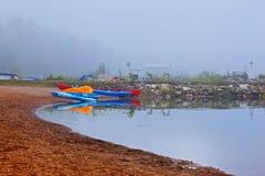 Kanus und Kajak im Nebel stockbild