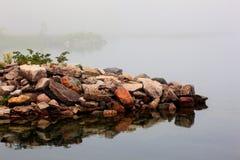 Kanus und Kajak im Nebel lizenzfreies stockfoto