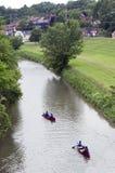 Kanus und Kajaks, die hinunter den Galena-Fluss im Galena Illinois schwimmen Lizenzfreies Stockfoto