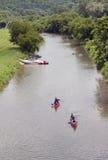 Kanus und Kajaks, die hinunter den Galena-Fluss im Galena Illinois schwimmen Stockbilder