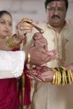 Kanya Daan Ritual i indiskt hinduiskt bröllop royaltyfri bild