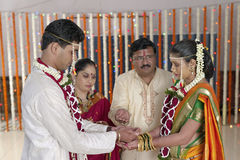 Kanya Daan Ritual i indiskt hinduiskt bröllop royaltyfri fotografi