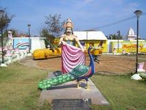 Kanyakumari, Tamil Nadu, Índia - 7 de outubro de 2008 estátua de pedra colorida de um rei do Tamil que oferece um xaile a um pavã Imagens de Stock