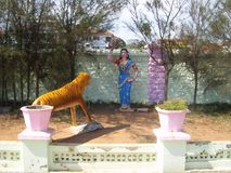 Kanyakumari, Tamil Nadu, Índia - 7 de outubro de 2008 estátua de pedra colorida de uma mulher valente do Tamil que persegue um ti Fotografia de Stock