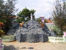 Kanyakumari, Tamil Nadu, Inde - 7 octobre 2008 statue en pierre colorée avec des cerfs communs et une femme sur la montagne Image stock