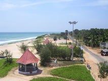 Kanyakumari, Tamil Nadu, India - Oktober 9, van 2008 Luchtmening van de schaduwen van het terracottadak en het op zee strand van  Royalty-vrije Stock Foto's