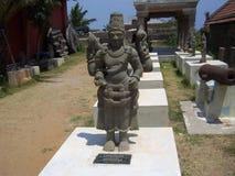 Kanyakumari Tamil Nadu, Indien - Oktober 7, 2008 forntida brun färgstenstaty av den manliga hinduiska guden Srinivasa Arkivbilder