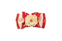 Kanzashi Μπεζ τεχνητό λουλούδι σε ένα κόκκινο τόξο που απομονώνεται στο λευκό Στοκ Φωτογραφία