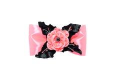Kanzashi Розовый искусственный цветок на смычке изолированном на задней части белизны Стоковые Изображения
