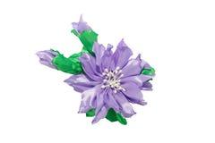 Kanzashi 在白色背景隔绝的紫色人造花 免版税图库摄影