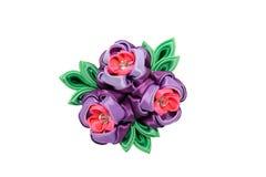 Kanzashi 在白色backgr隔绝的桃红色紫色人造花 库存照片