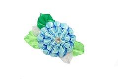 Kanzashi Härlig blå konstgjord blomma med brokad som isoleras Arkivbild