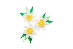 Kanzashi Narcisos amarelos artificiais brancos isolados no backgroun branco Foto de Stock