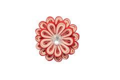 Kanzashi Röd konstgjord blomma med brokad som isoleras på vit b Arkivbild