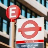 Kanzleigerichts-Linie Bushaltestelle in London Stockbild