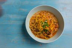 Kao大豆,面条用在蓝色碗的鸡咖喱在一蓝色vinta 免版税库存照片