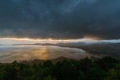 Kao Khad Viewpoint da cidade de Phuket no tempo do por do sol com raincloud, Imagens de Stock