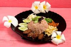 Kao Klook Ga pi ( 与虾混合的米paste)在桃红色木头 免版税库存照片