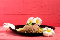 Kao Klook Ga pi ( 与虾混合的米paste)在桃红色木头 免版税库存图片