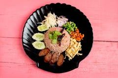 Kao Klook Ga pi & x28; 与虾paste&混合的米x29;在桃红色木头 免版税库存照片