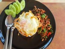 Kao ochraniacz Kra Prao lub Tajlandzcy ryż z wieprzowiną i basilem Zdjęcia Royalty Free