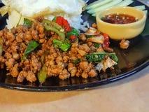 Kao ochraniacz Kra Prao lub Tajlandzcy ryż z wieprzowiną i basilem Obrazy Royalty Free