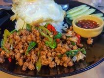 Kao Pad Kra Prao ou arroz tailandês com carne de porco e manjericão imagens de stock