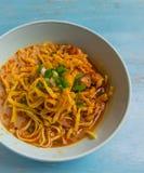 Kao soje, kluski z kurczaka currym w błękitnym pucharze na błękitnym vinta Fotografia Stock