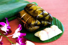Kao-Tom-modder met banaanblad dat wordt verpakt Thais dessert stock foto