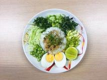Kao Yum Nam Budu o insalata piccante del riso con la verdura fotografie stock