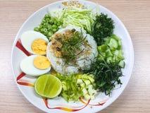 Kao Yum Nam Budu o insalata piccante del riso con la verdura immagine stock libera da diritti