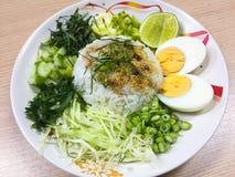 Kao Yum Nam Budu o insalata piccante del riso con la verdura fotografia stock