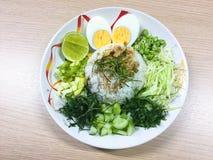 Kao Yum Nam Budu o insalata piccante del riso con la verdura fotografia stock libera da diritti