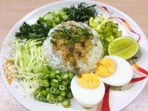 Kao Yum Nam Budu o insalata piccante del riso con la verdura immagine stock