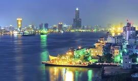 Kaohsiung hamn på natten Arkivbild