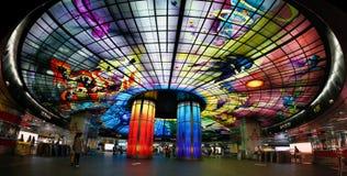 Kaohsiung stad, Taiwan - Juli 21, 2018: Vibrerande färger av kupolen av ljus på boulevardstationen för MRT Formosa arkivfoton