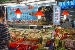 KAOHSIUNG, TAIWAN - 20 APRIL: De leider bereidt zeevruchten voor om verkochte I te zijn Stock Afbeelding