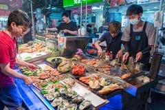 KAOHSIUNG, TAIWAN - 20 APRILE: Il capo prepara i frutti di mare per essere i venduta Fotografia Stock