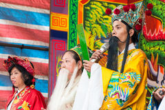 KAOHSIUNG, TAIWAN - 21 DE ABRIL: A acrobacia do povo-costume no t fotos de stock