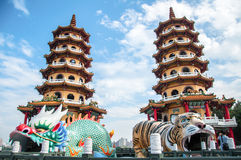 Kaohsiung, Taiwan - 2 Januari, 2013 - Dragon And Tiger Pagodas in Lo Stock Afbeelding