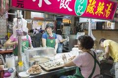 Kaohsiung Tajwan, Kwiecień, - 20, 2015: Szef przygotowywa owoce morza być Obraz Royalty Free