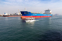 Kaohsiungstad, Taiwan - Januari 16, 2016: vrachtschepen bij Haven van Kaohsiung ( POK) Stock Fotografie