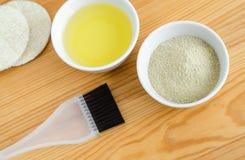 Kaolinlerapulver och olivolja i små keramiska bunkar Ingredienser av hemlagade skönhetsmedel Arkivbild